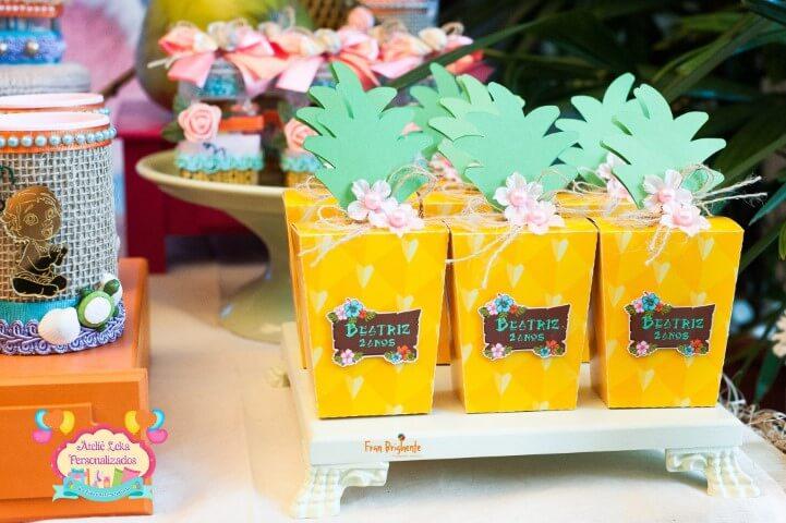 Lembrancinha em embalagem de abacaxi em festa Moana Foto de Ateliê Leka Personalizados