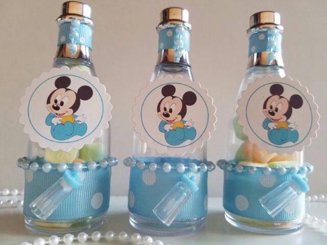 Lembrancinhas do Mickey baby em potinho com detalhe de mamadeira Foto de Pinterest