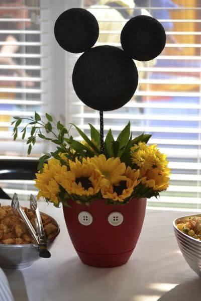 Lembrancinhas do Mickey como centro de mesa com floes Foto de One Stop Party Ideas