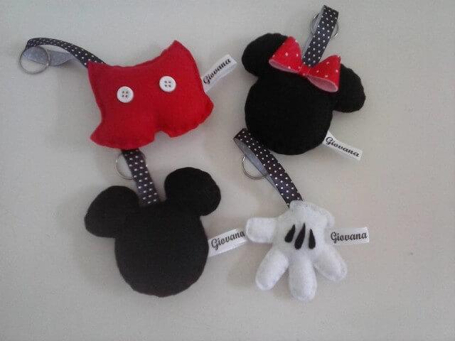 Lembrancinhas do Mickey e da Minnie como chaveirinhos Foto de Elo7