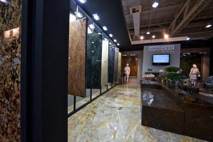 Loja com pedras de granito em cores diferentes Projeto de Expo Revestir