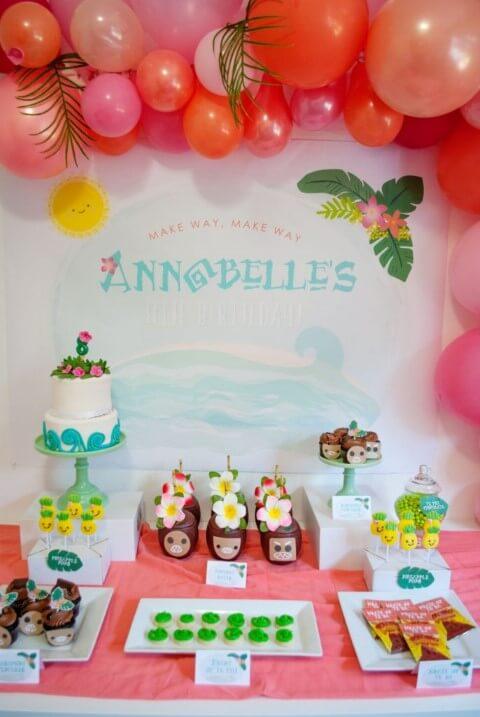 Copos de Kakamoras em mesa de aniversário da Moana Foto de Itsy Belle