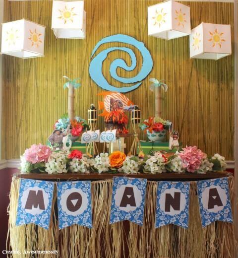 Mesa de festa Moana com decoração de palha Foto de Pinterest