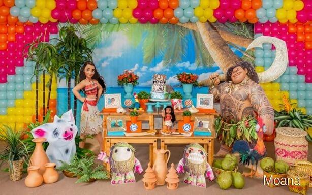 Mesa de festa Moana com vários personagens do filme Foto de Xixo Festas