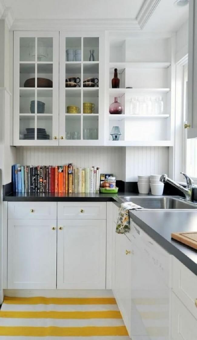 O tapete para cozinha amarelo traz um toque de cor para o ambiente. Fonte: Pinterest