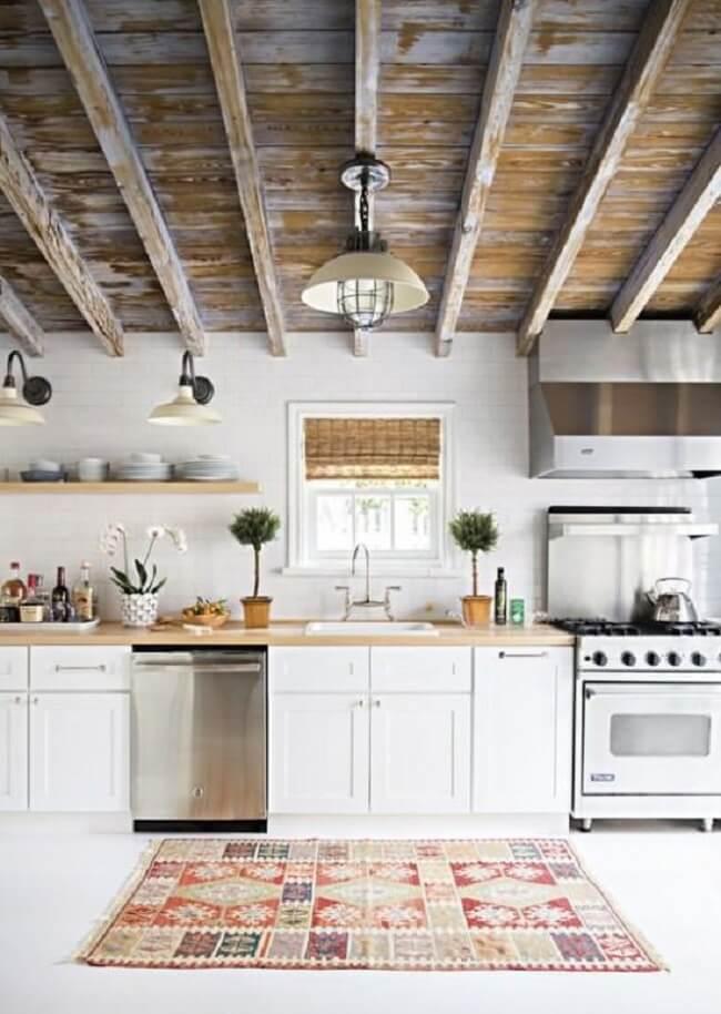 O tapete para cozinha tem um tamanho apropriado para a bancada da pia. Fonte: Pinterest