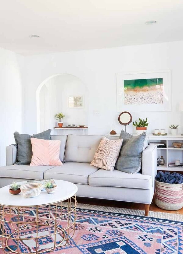 O tapete persa com detalhes em rosa trazem um ar romântico ao ambiente