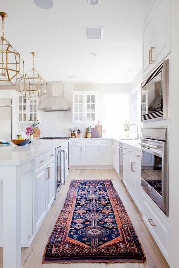 O tapete persa estilo passadeira se destaca na cozinha