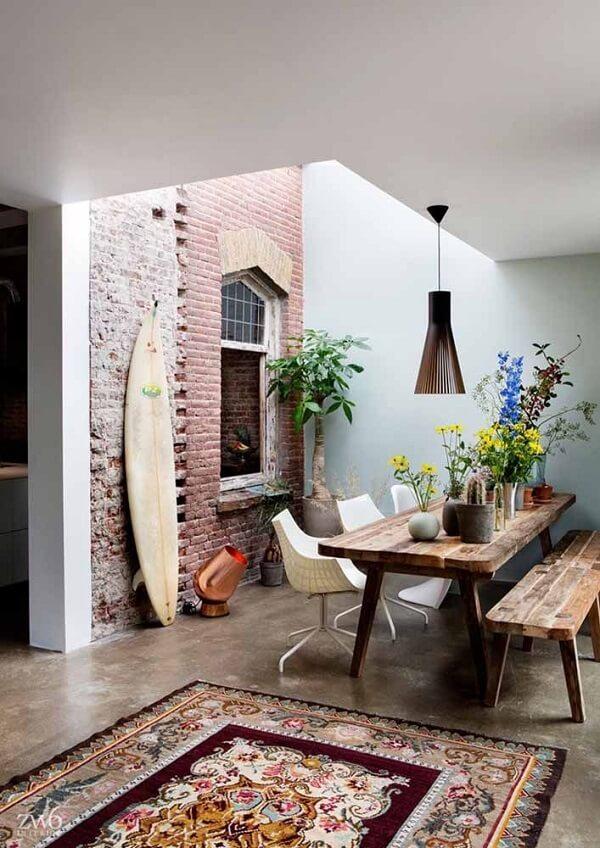 O tapete persa também complementa com estilo um ambiente com decoração rústico