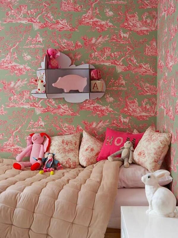 O tecido para parede se mistura com a estampa do jogo de cama