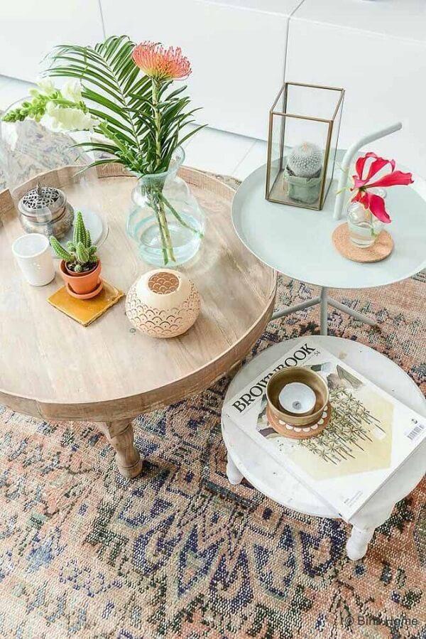 O tom amadeirado da mesinha se conecta com a cor do tapete persa