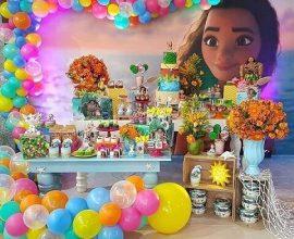 Painel com imagem da Moana em festa Moana Foto de Pinterest