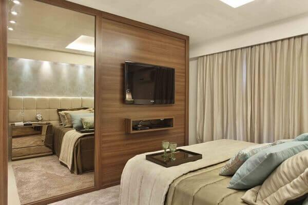 Painel para quarto com tv e armário espelhado
