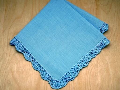 Pano de prato azul com bico de crochê na mesma cor Foto de Bumblebee Linens