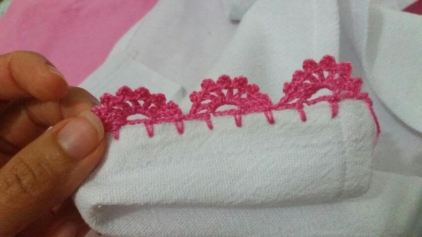 Pano de prato branco com bico de crochê rosa Foto de Helena Gonçalves
