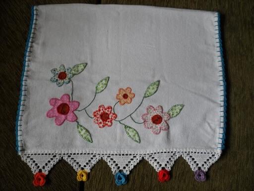 Pano de prato com florzinhas de tecido e bico de crochê com flores coloridas nas pontas Foto de Artes da Cata