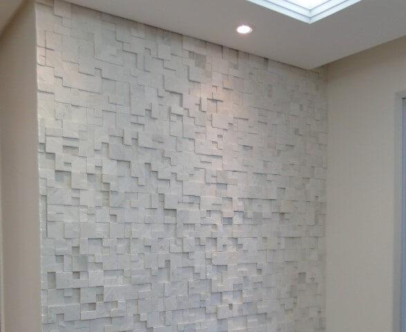 Parede com acabamento de gesso 3D e iluminação com spots Foto de Luz Decorações
