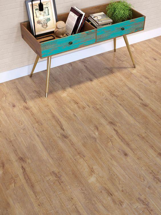 Piso laminado de madeira escuro