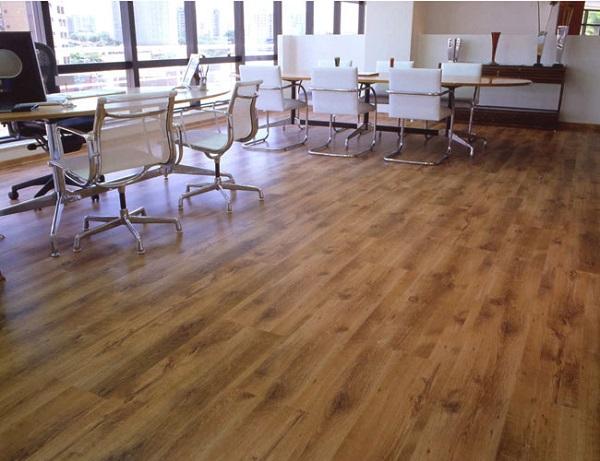 Piso laminado na decoração de escritório