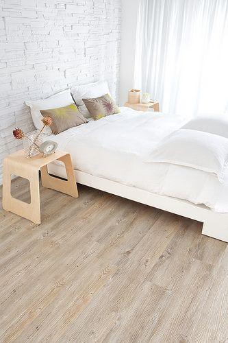 Quarto com piso laminado claro