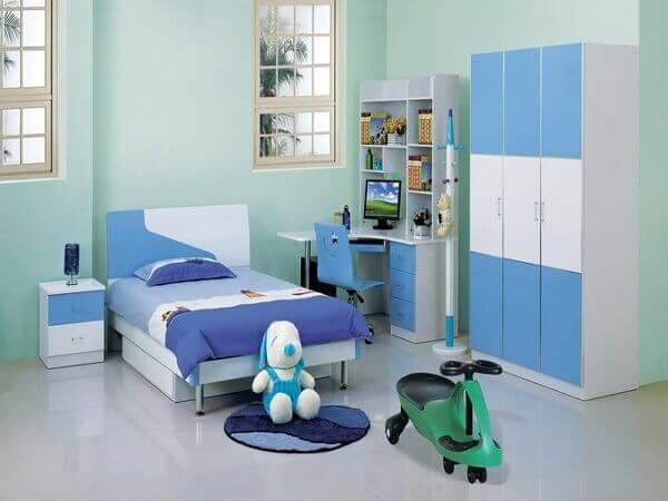 Quarto de criança com armário e brinquedo
