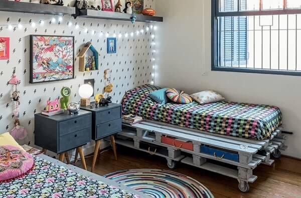 Quarto de criança com cama de páletes