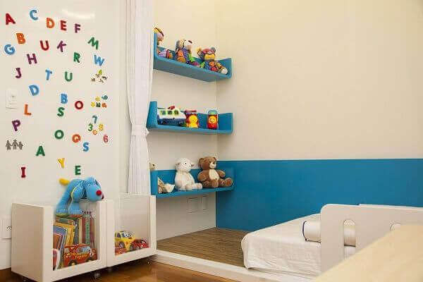 Quarto de criança com mural de letras e números na parede
