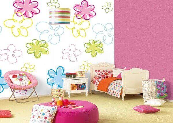 Quarto de criança com papel de parede florido