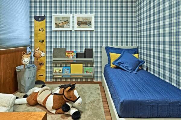 Quarto de criança com papel de parede xadrez
