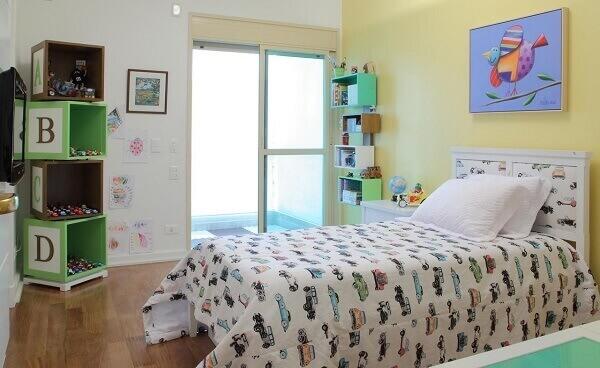 Quarto de criança com quadro na parede
