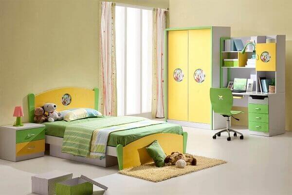 Quarto de criança grande com computador