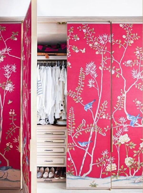 Que tal renovar as portas do guarda roupa incluindo revestindo com papel para parede?