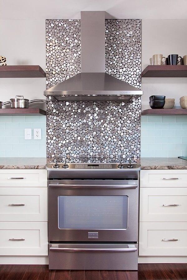 Revestimento para cozinha com pastilhas arredondadas metalizadas