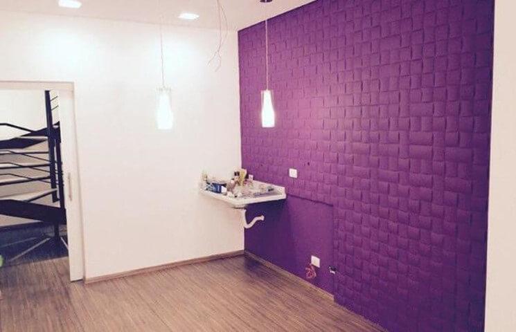 Sala com parede de gesso 3D roxa Foto de Webcomunica