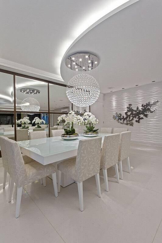 Sala de estar clara com revestimento de gesso 3D na parede Projeto de Iara Kilaris
