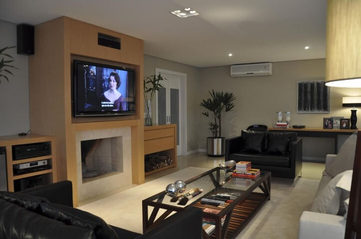 Sala de estar com lareira revestida de granito Projeto de Luiz Humberto d Aalbuquerque