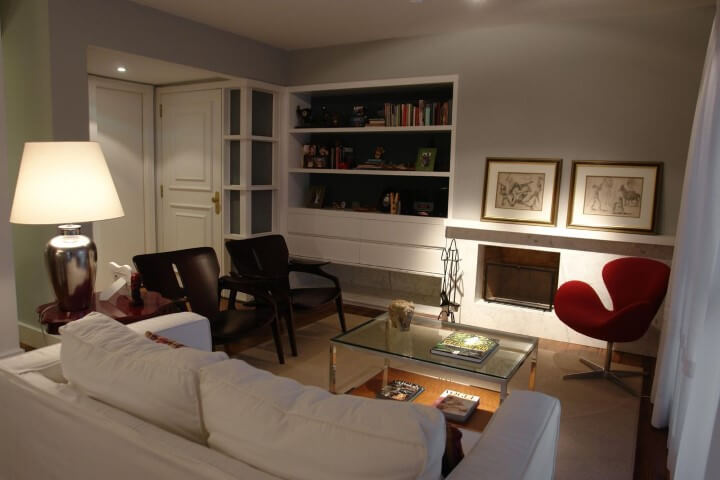 Sala de estar com lareira revestida de granito Projeto de Luiz Humberto de Albuquerque