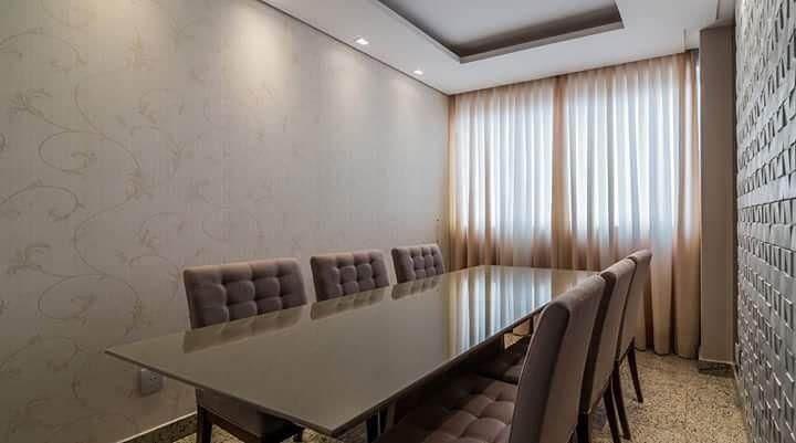 Sala de jantar com parede com revestimento de gesso 3D marrom Projeto de Mariana Lazarini Prado