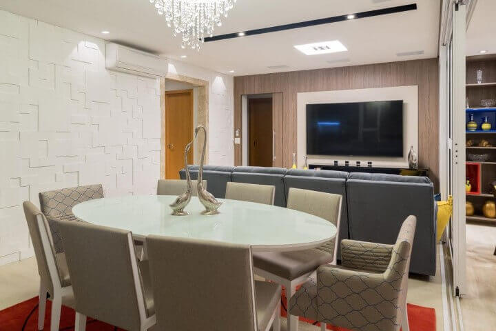 Sala integrada com revestimento de gesso 3D branco geométrico Projeto de Andrea Petini