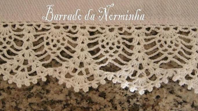 Tapete neutro com bico de crochê rendado Foto de Barrado da Norminha