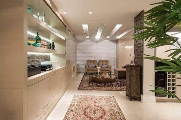 Tapete persa ajuda a compor a decoração de apartamento