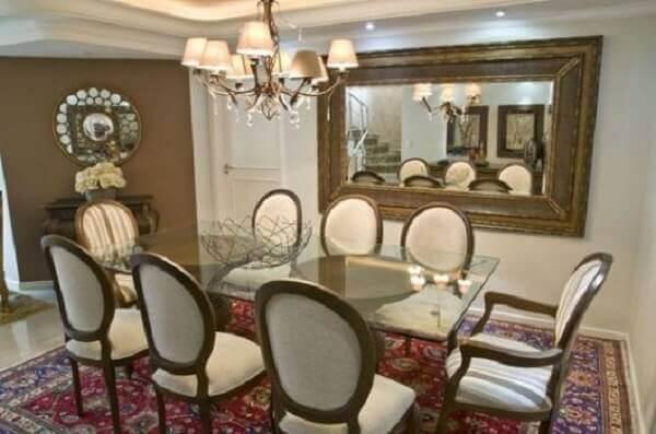 Tapete persa decora sala de jantar com mesa de vidro
