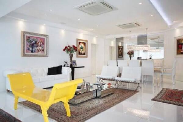 Tapete persa decora sala moderna de apartamento