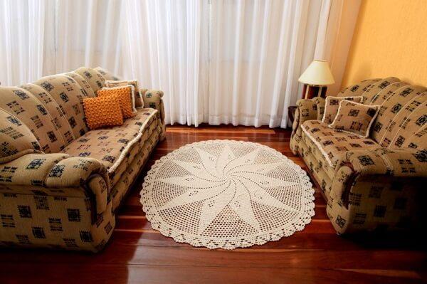 Tapetes de barbante oval branco em sala pequena