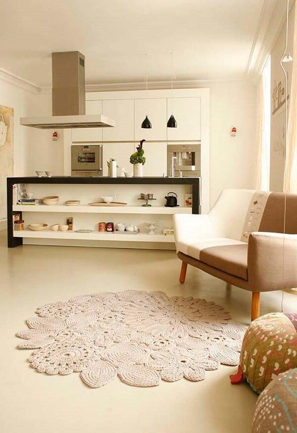 Tapetes de croche com barbante em sala grande