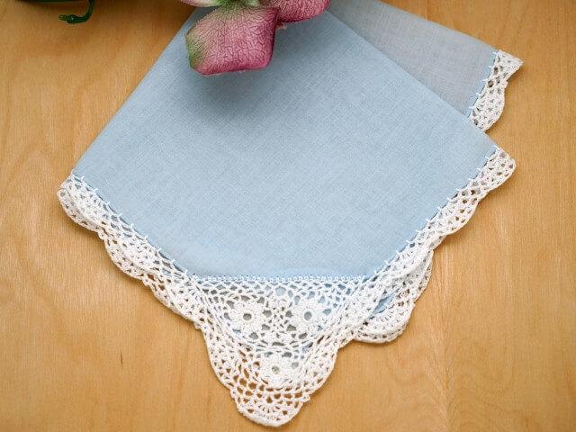 Toalha de mesa azul com bico de crochê branco Foto de Bumblebee Linens