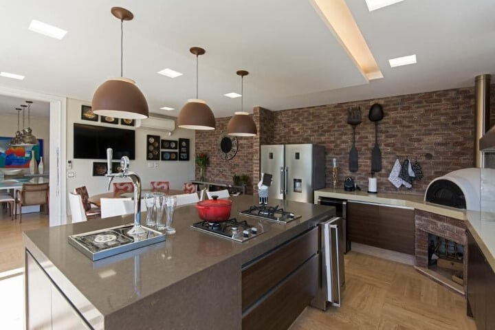 Varanda gourmet com bancada de granito cinza Projeto de Jannini Sagarra Arquitetura