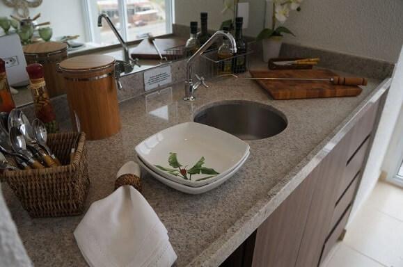 Varanda gourmet com bancada de granito cinza Projeto de Mauren Buest