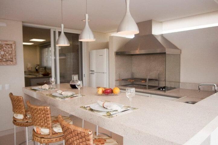 Varanda gourmet com bancada de granito claro Projeto de Jannini Sagarra Arquitetura