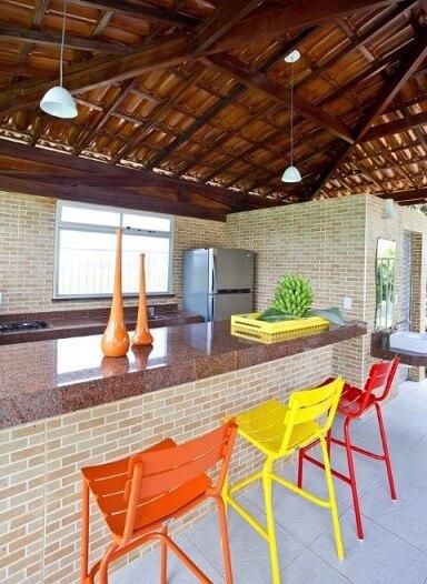 Varanda gourmet com bancada de tijolinhos e granito marrom Projeto de Vanja Paes